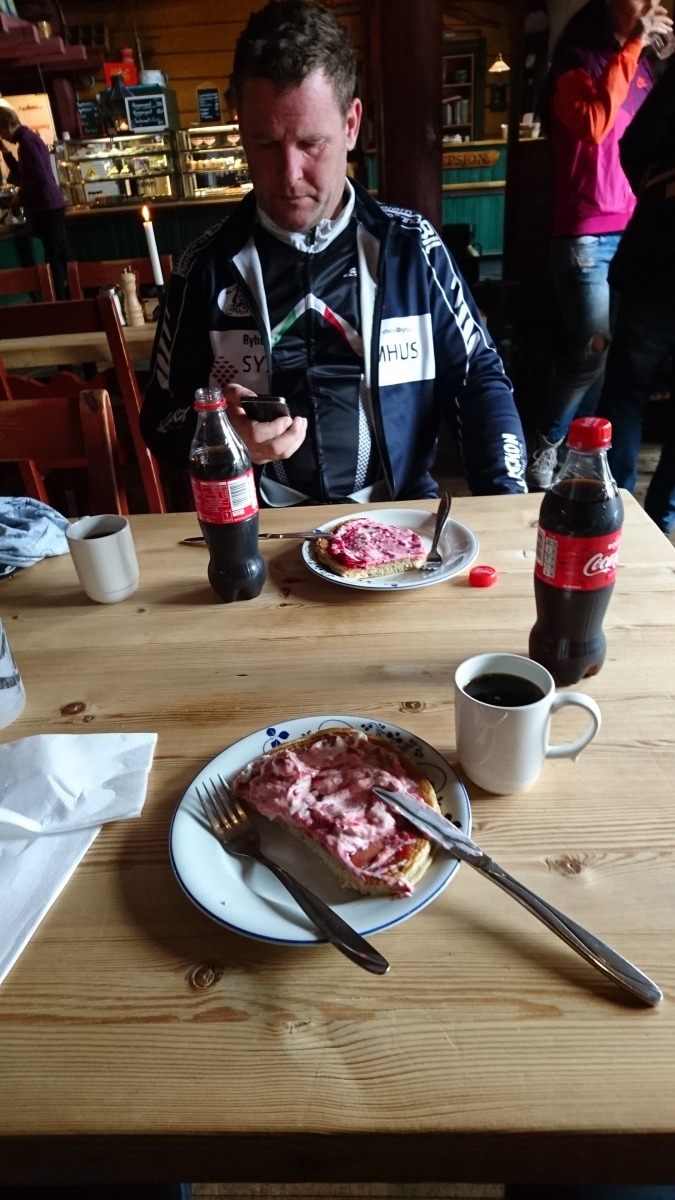 2016-04-16 På Byrkjedalstunet er kaffe og lappe en selvfølge :).