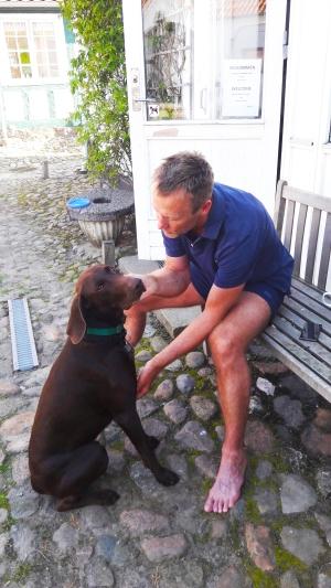 Hunden Max og jeg får oss en liten hyggeprat.