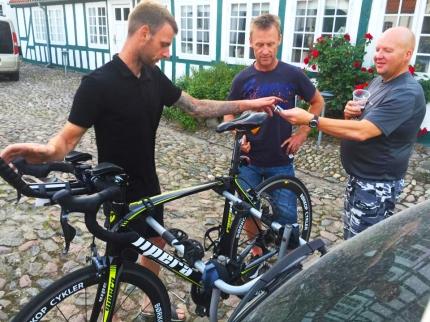Klaus tryller med sykkelen og snart er den klar for morgendagens ritt.