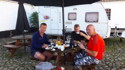 Super lekker frokost inntas før avgang til Strib og start på dagens ritt.