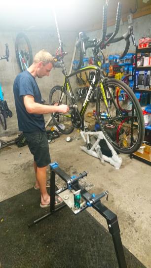 Klaus tar en sjekk av sykkelen min etter rittet på Fyn.