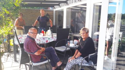 Grilling hos Pia sammen med mor og far.