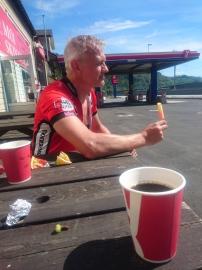 Da kom vi til Moi, hvor vi tok oss en pause, fikk oss kaffe og litt i skrotten.