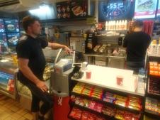 Marius bestiller kaffe og proviant til oss.